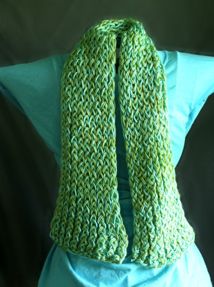 how to use a knitting loom to make a scarf